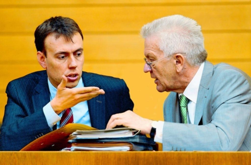 Finanzminister Schmid (links) und Regierungschef KretschmanFinanzminister Nils Schmid (SPD, links) und Ministerpräsident Winfried Kretschmann (Grüne) Zwei, die stets das Gute wollen, aber wie kriegt man es bezahlt? Foto: dpa
