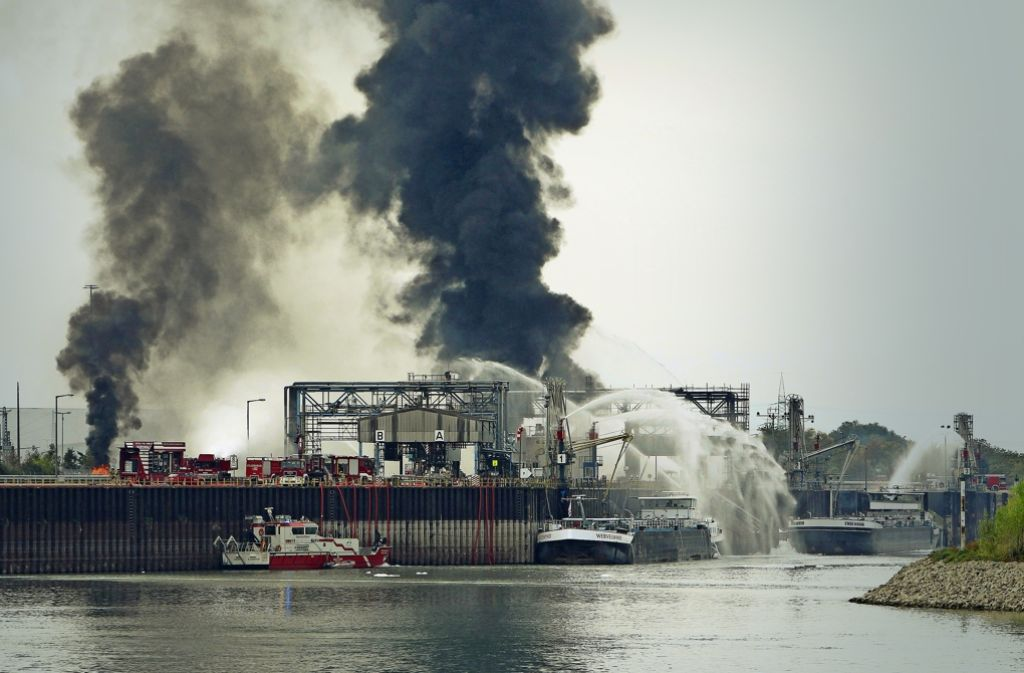 Nach der Explosion bildet sich eine riesige Rauchwolke auf dem Gelände des Chemikonzerns BASF – die Löscharbeiten waren am Montagnachmittag noch in vollem Gang. Foto: AFP