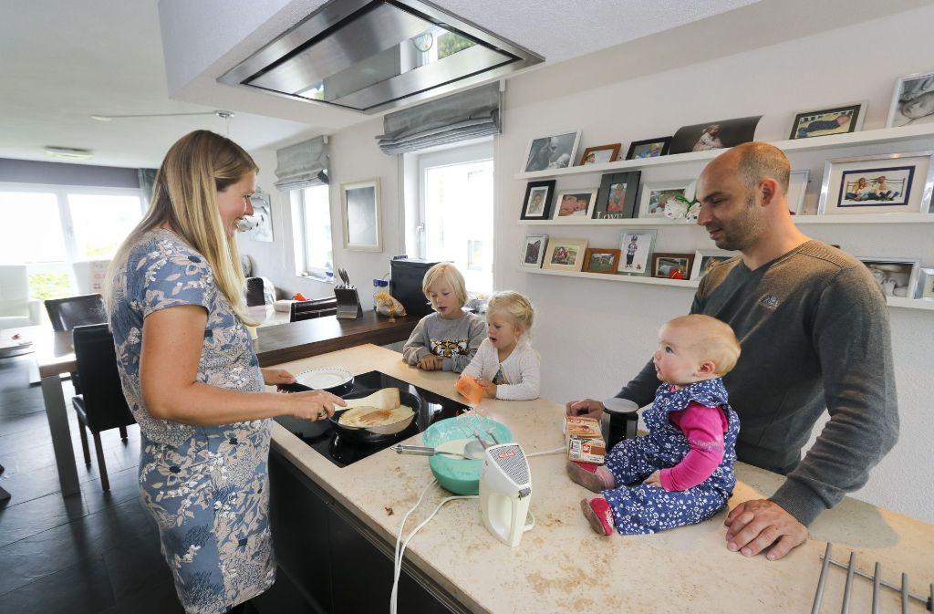Die Famlie Kramp in der Küche ihres schwäbischen Eigenheims Foto: factum/Granville