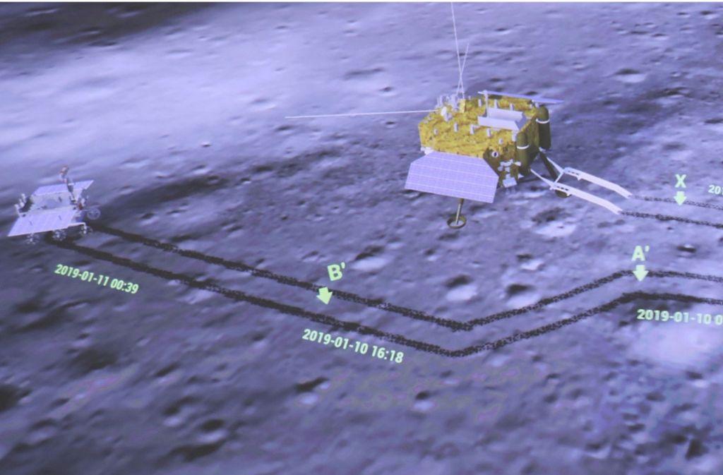 """Die Sonde """"Chang'e 4"""" ist rechts im Bild, links ist der Rover """"Yutu-2"""" zu sehen. Foto: Xinhua"""