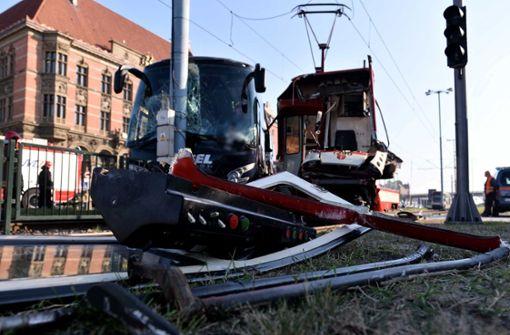 Reisebus aus Baden-Württemberg kollidiert mit Straßenbahn