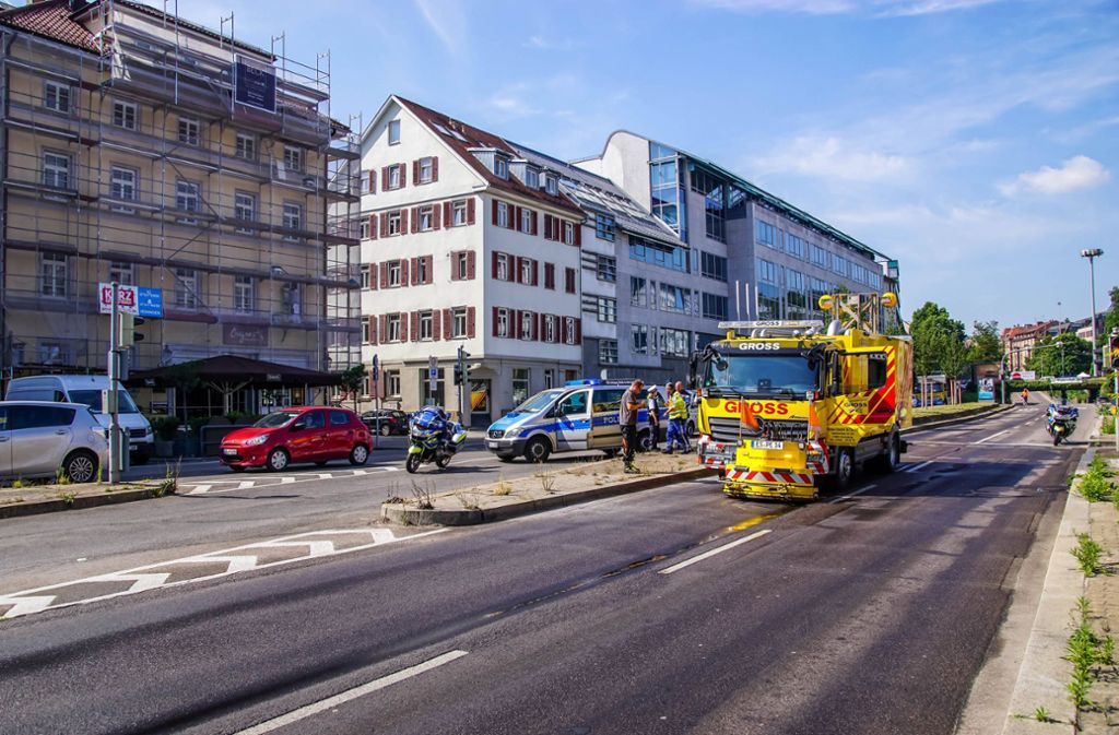 Klebrig und zäh: Die Beseitigung der Schmiere auf der gesperrten Hauptstätter Straße ist aufwendig. Foto: 7aktuell/Andreas Werner