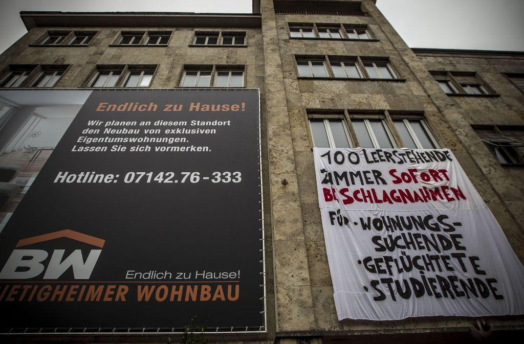 An der Haußmannstraße in Stuttgart verdeutlicht ein Protestplakat   gegen die Wohnbaupolitik und den Leerstand von Wohnraum das Problem. Foto: Lichtgut/Leif Piechowski