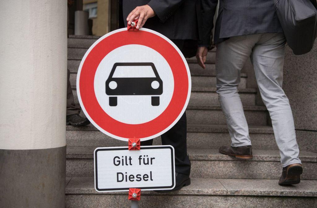 Im Kampf gegen schlechte Luft durch Dieselautos müssen sich vom 1. Januar 2019 an Besitzer älterer Dieselautos in der Landeshauptstadt auf Fahrverbote einstellen. Foto: dpa