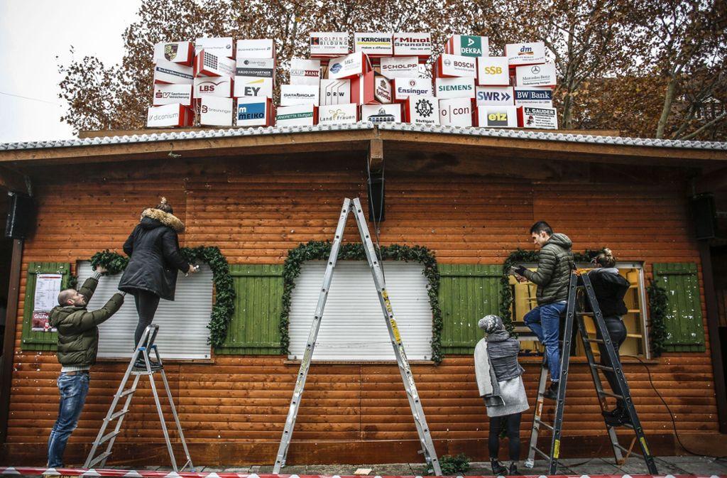 Letzte Vorbereitungen zur Eröffnung des Stuttgarter Weihnachtsmarkts Foto: Lichtgut/Leif Piechowski