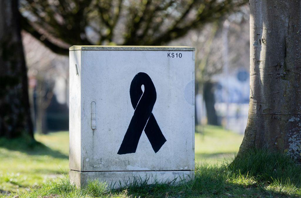 Eine schwarze Schleife ist auf einem Technikkasten in der Nähe einer Schule in Haltern zu sehen. Unter den Opfern waren 16 Schüler und zwei Lehrer aus der Stadt in Nordrhein-Westfalen. Foto: dpa/Rolf Vennenbernd