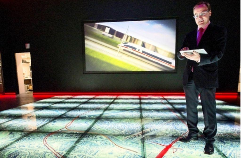 Schöne neue Bahnhofswelt: Der Leiter des Turmforums David Bösinger im Turmforum Foto: Michael Steinert