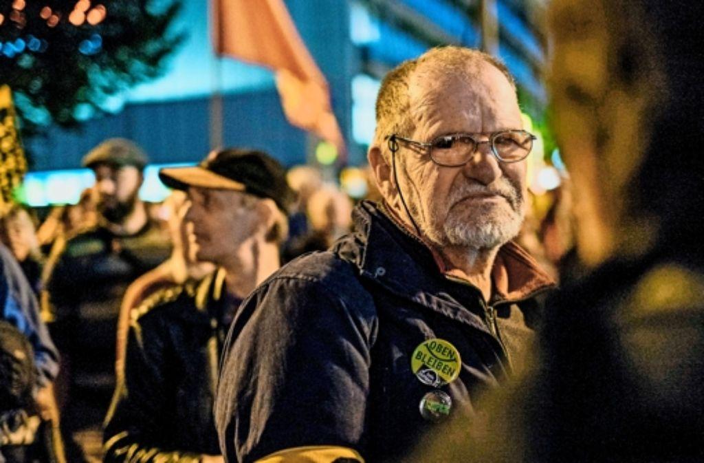 """Dietrich Wagner, der am """"schwarzen Donnerstag"""" schwer an den Augen verletzt wurde, kam zur Demo am 5. Jahrestag. Foto: Lichtgut/Max Kovalenko"""