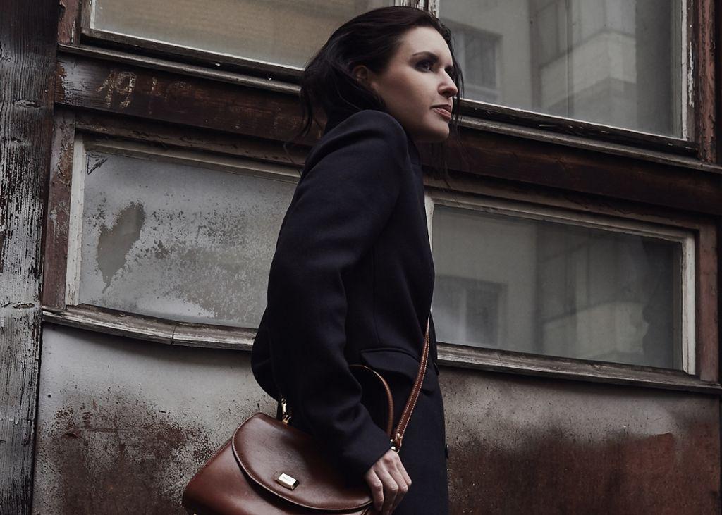 In monochromen Looks fühlt sich die Stuttgarter Designerin und Stylistin Kai Klett am wohlsten.  Foto: Matthaeus Kalinowski