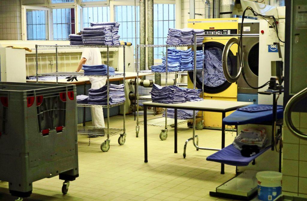 Ob Bettwäsche oder Arbeitskleidung: Alles landet hier in der Wäscherei. Foto: Andreas Gorr