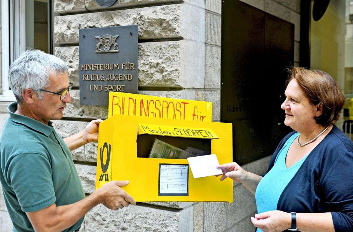 Hansjoerg Ludwig  übergibt besondere Post an Ministerin Theresa Schopper. Foto: Lg/ Kovalenko