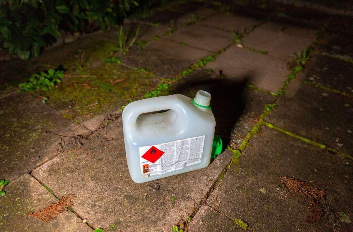 Die Verdächtige soll Kraftstoff im Außenbereich des Baumarktes verteilt haben. (Symbolbild) Foto: imago images/7aktuell/7aktuell.de | Daniel Jüptner via www.imago-images.de