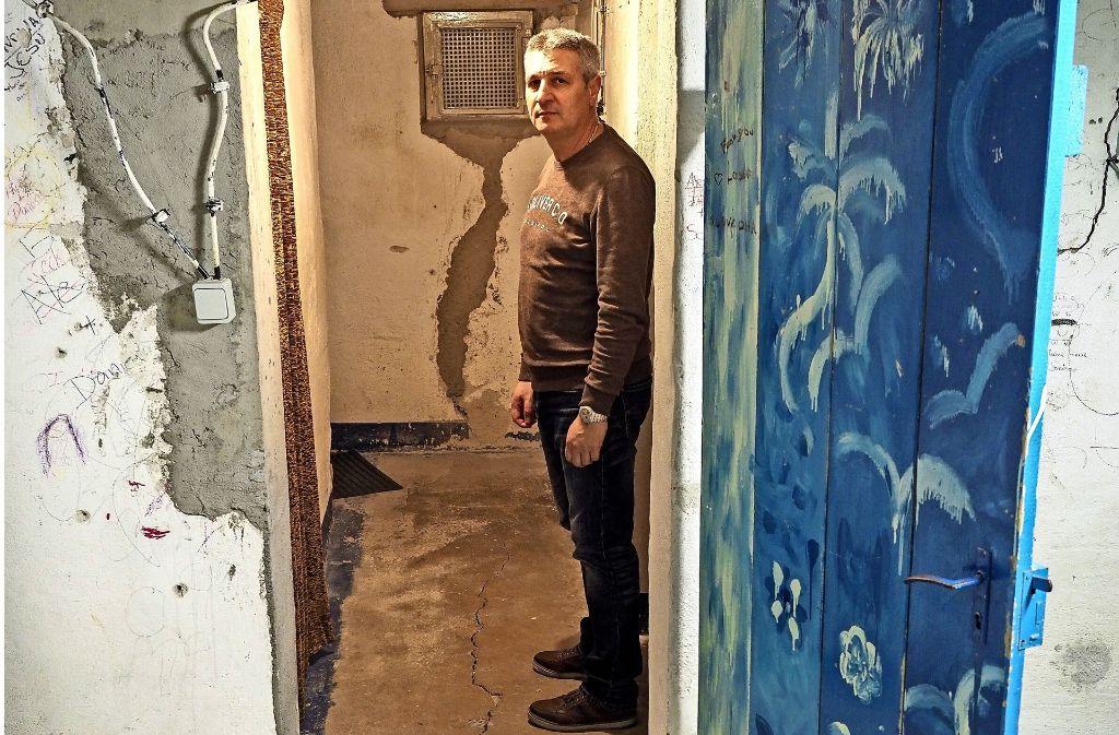 Die Stützpfeiler im Keller sind zwar weg, dafür mussten  neue Trägerelemente eingezogen worden. Die Risse durchziehen  immer noch Wände und Böden. Foto: factum/Weise