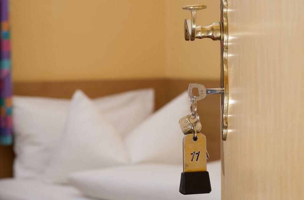 Für Gästezimmer wird man in Stuttgart von 2021 an voraussichtlich fünf Prozent mehr bezahlen müssen wegen einer neuen Steuer. Die Hotelbetriebe kassieren und führen das Geld an die Stadt ab. Foto: dpa/Swen Pförtner
