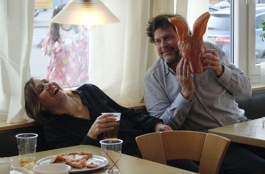 Franziska Tobler (Eva Löbau) und Friedemann Berg (Hans-Jochen Wagner) lassen sich durch die tollen Tage treiben. Foto: SWR/Benoît Linder