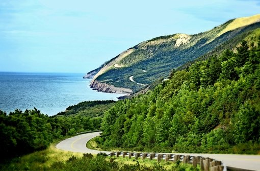 Die  Insel Cape Breton  in der kanadischen Provinz Nova Scotia besticht durch landschaftliche Schönheit und eine eindrucksvolle Küstenstraße Foto: Mauritius