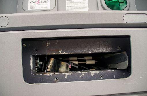 Unbekannte sprengen Geldautomaten und flüchten filmreif