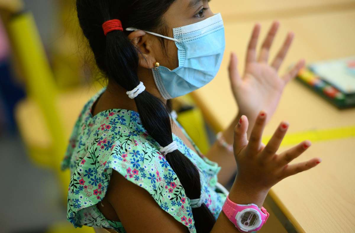 Schülerin mit Schutzmaske (Symbolbild) Foto: dpa/Andreas Arnold
