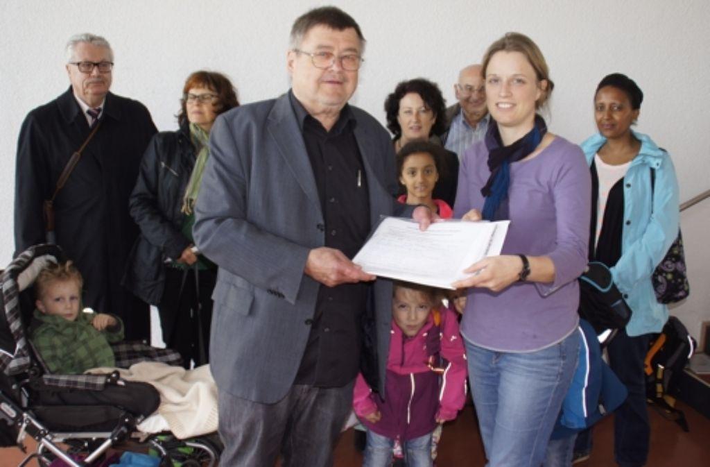 Im Namen der Bürgerinitiative  hat Julia Mohr  an Bürgermeister Matthias Hahn eine Unterschriftenliste gegen  den Bau eines Sendemasten am Spechtweg  überreicht. Foto: Leonie Schüler