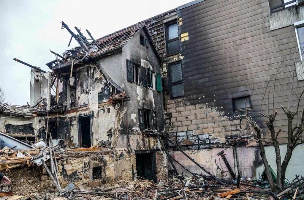 Das Haus ist von dem Feuer komplett zerstört worden und muss  abgerissen werden. Foto: SDMG