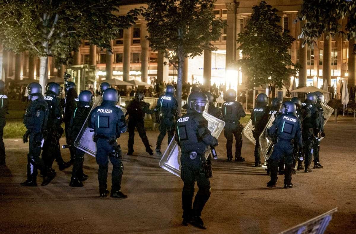 Welche Konsequenzen hat die Randale in der Innenstadt am Wochenende? Foto: dpa/Simon Adomat