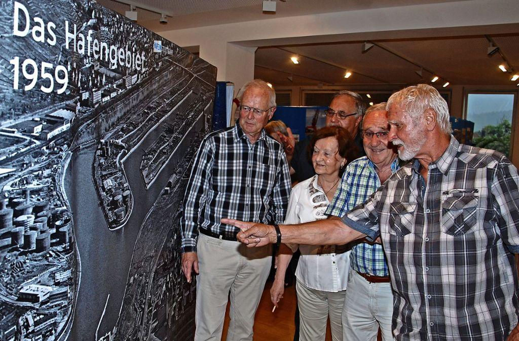 Mit Begeisterung diskutieren die Ausstellungsbesucher über die Entwicklung des Hafens  in   den vergangenen   60 Jahren. Foto: