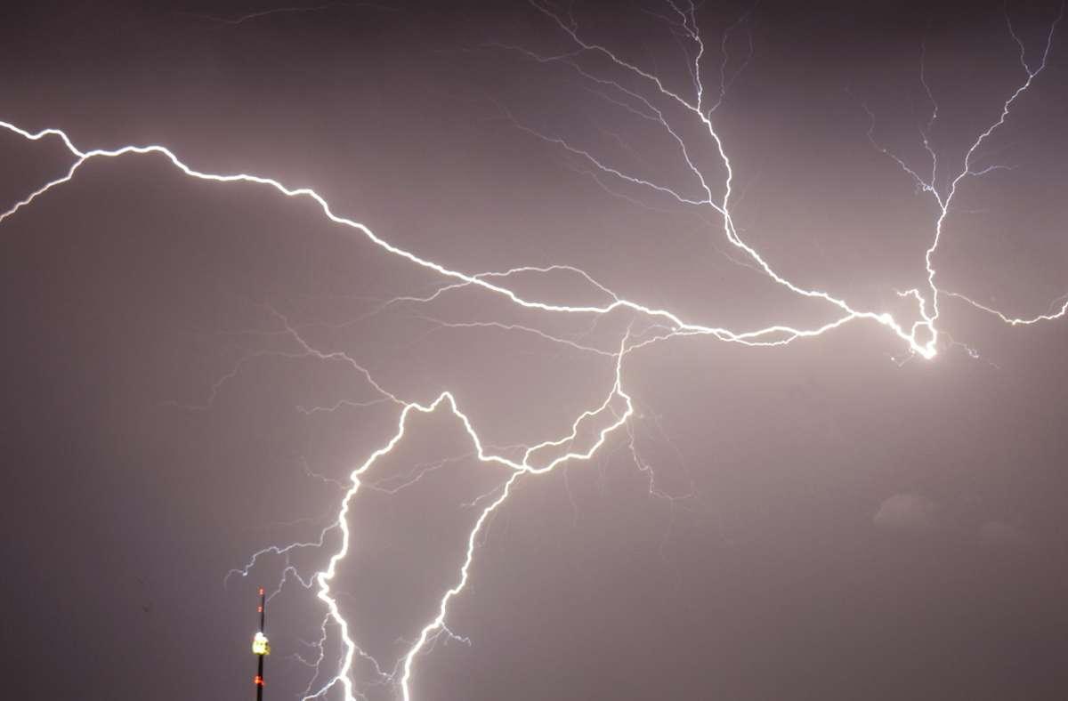 Blitze schlagen am Stuttgarter Fernsehturm vorbei. Foto: Andreas Rosar//Fotoagentur-Stuttgart