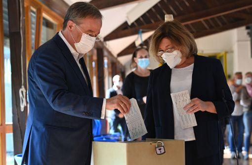 Armin Laschet faltet Stimmzettel falsch