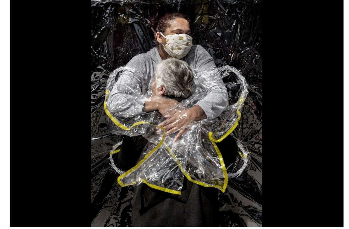 """Das World Press Photo des Jahres 2021: """"Die erste Umarmung"""" von Mads Nissen.  Unsere Bildergalerie zeigt die weiteren fünf Finalisten der Hauptkategorie. Foto: Mads Nissen/ Politiken/ Panos Pi"""