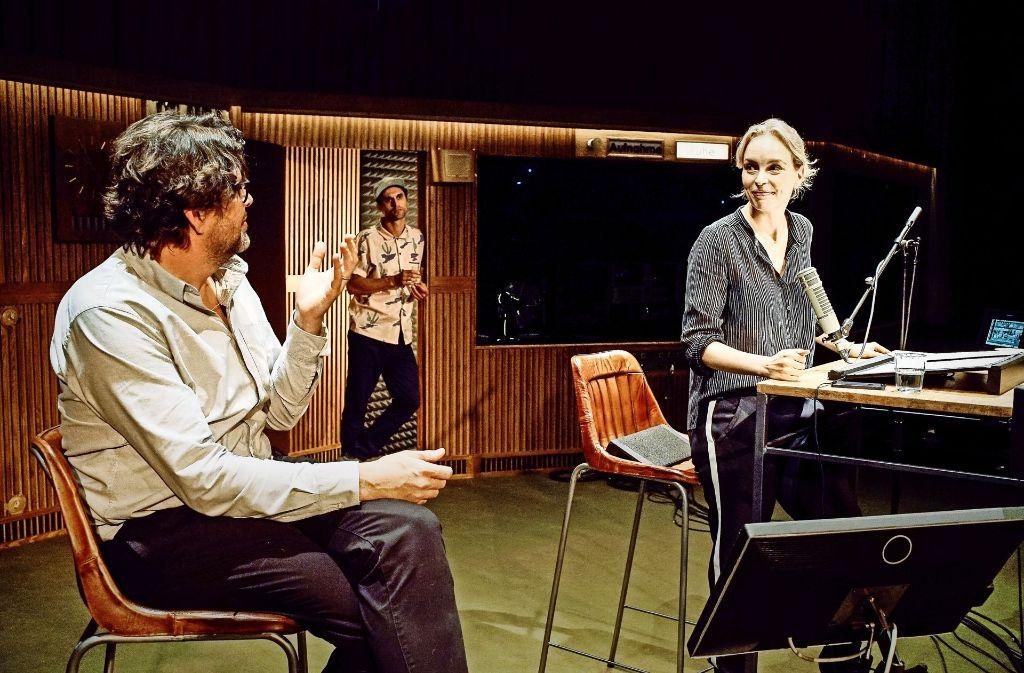 Kabbeleien im Tonstudio: Ein Filmregisseur (Hans-Jochen Wagner, links), ein Ingenieur (Renato Schuch) und eine Schauspielerin (Nina Hoss) bei der Arbeit Foto: Arno Declair
