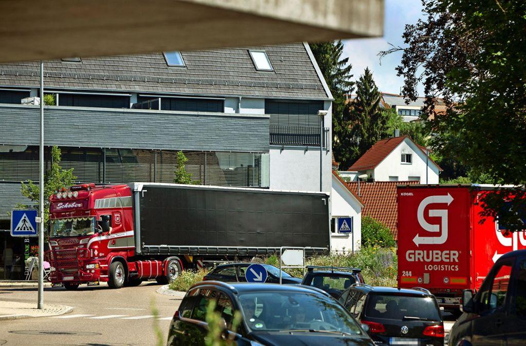Der Kreisel in Rechberghausen ist zum Nadelöhr geworden. Foto: Michael Steinert