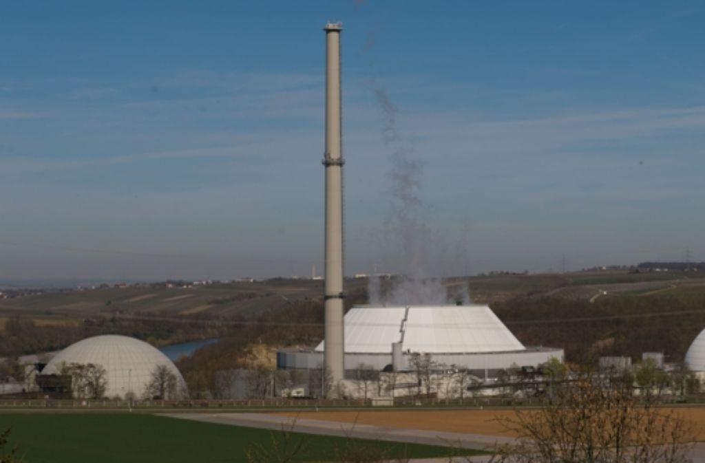 Das Kernkraftwerk Neckarwestheim: für das vorzeitige Aus für den ersten Reaktorblock fordert die EnBW 114 Millionen Euro Schadenersatz; noch nicht genau beziffern kann sie weitere Schäden durch nur teilweise abgebrannte Brennelemente. Foto: dpa