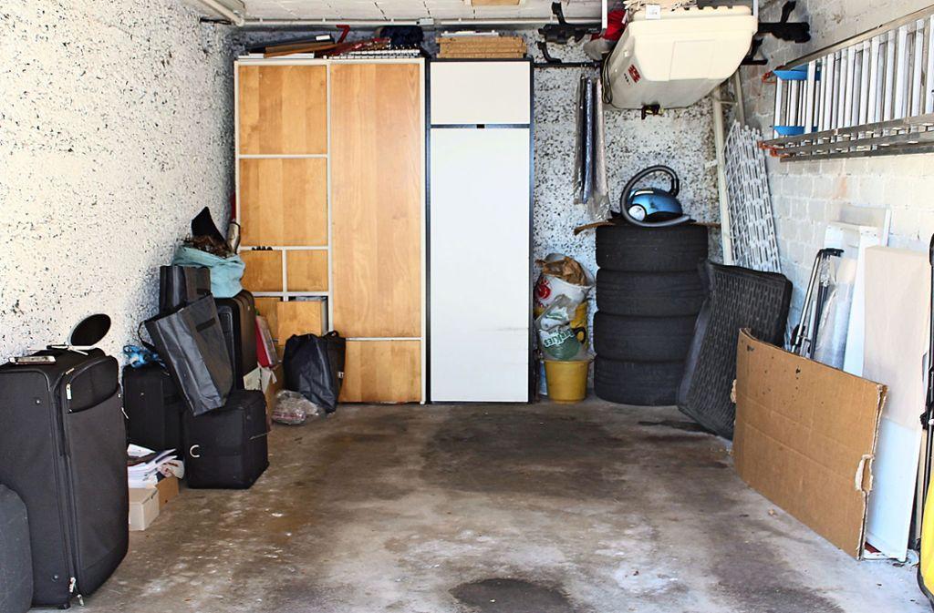 Viele Gebäude, wie auch dieses Einfamilienhaus aus den 40ern auf der Filderebene, das sogar zwei Garagen hat, mussten ehemals baurechtlich keine Stellplätze vorweisen und dürfen daher auch als Lager herhalten. Foto: