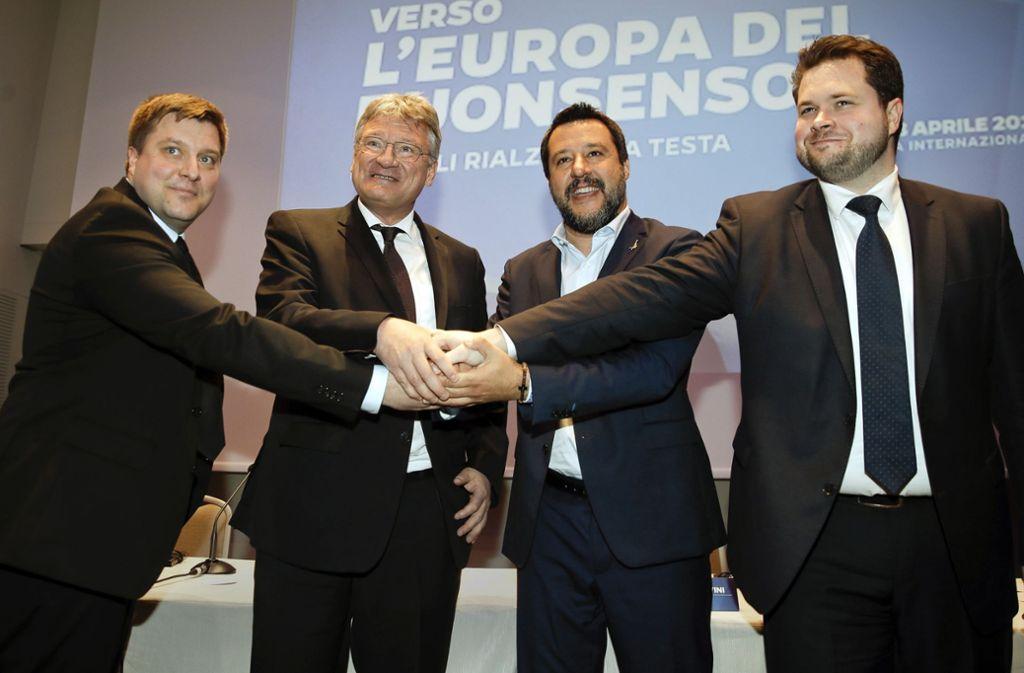 Olli Kotro (v.l.) aus Finnland,  Jörg Meuthen, der Italiener Matteo Salvini  und Anders Vistisen aus Dänemark zeigen sich geeint. Foto: AP