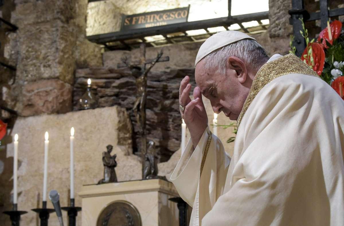 In Assisi, am Grab seines großen Heiligen-Patrons Franziskus, hat der Papst am Samstag seine neue Enzyklika unterzeichnet. Foto: dpa/Divisione Produzione Fotografica