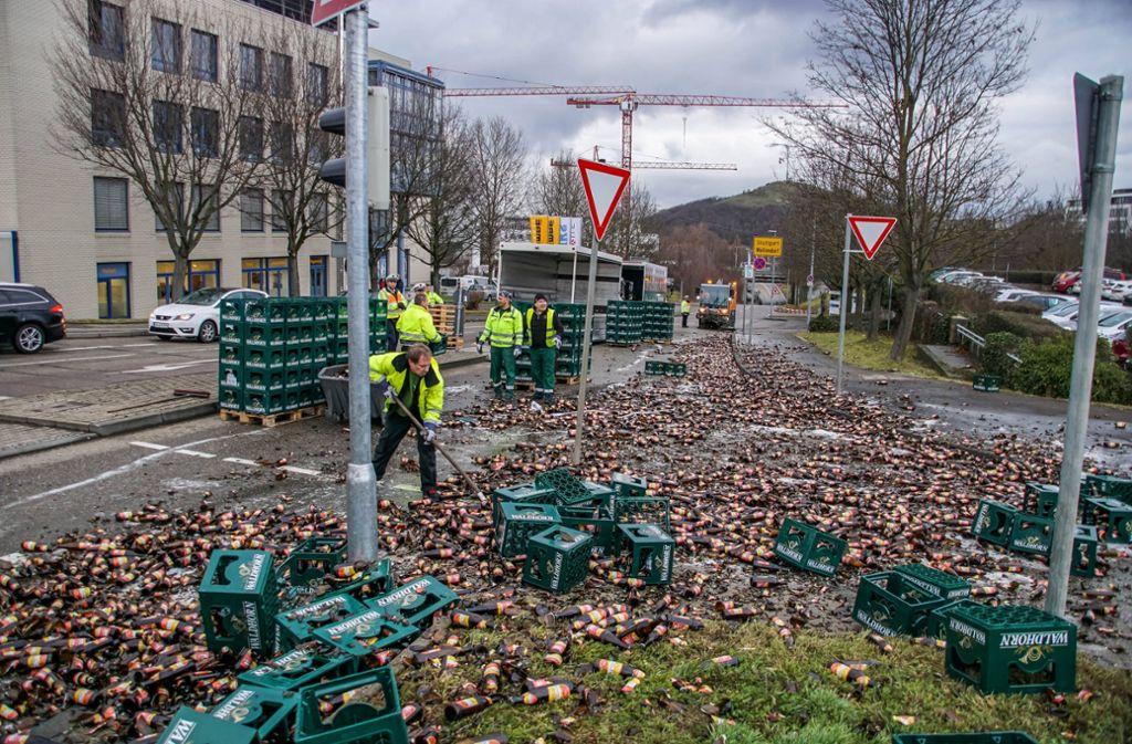 Ein LKW verlor in Stuttart-Weilimdorf seine Fracht: 100 Kisten Bier. Foto: 7aktuell.de/Andreas Werner