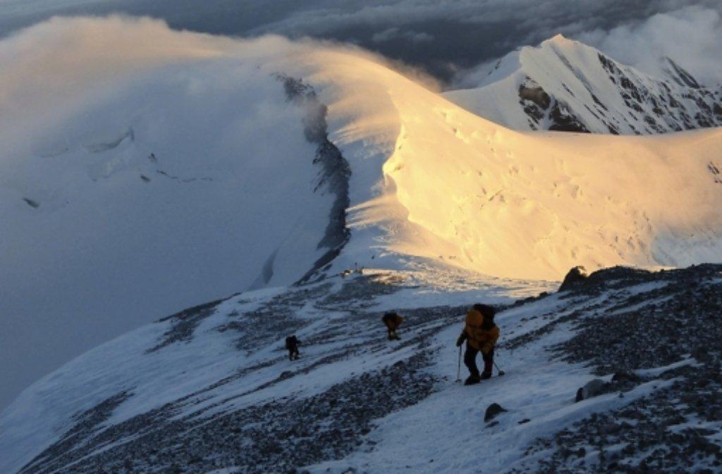 17 Tage sind Petra Küster und Bernd Nebendahl unterwegs, um auf den Gipfel des Pik Lenin im Pamir-Gebirge zu klettern. Der Berg ist 7134 Meter hoch Foto: privat