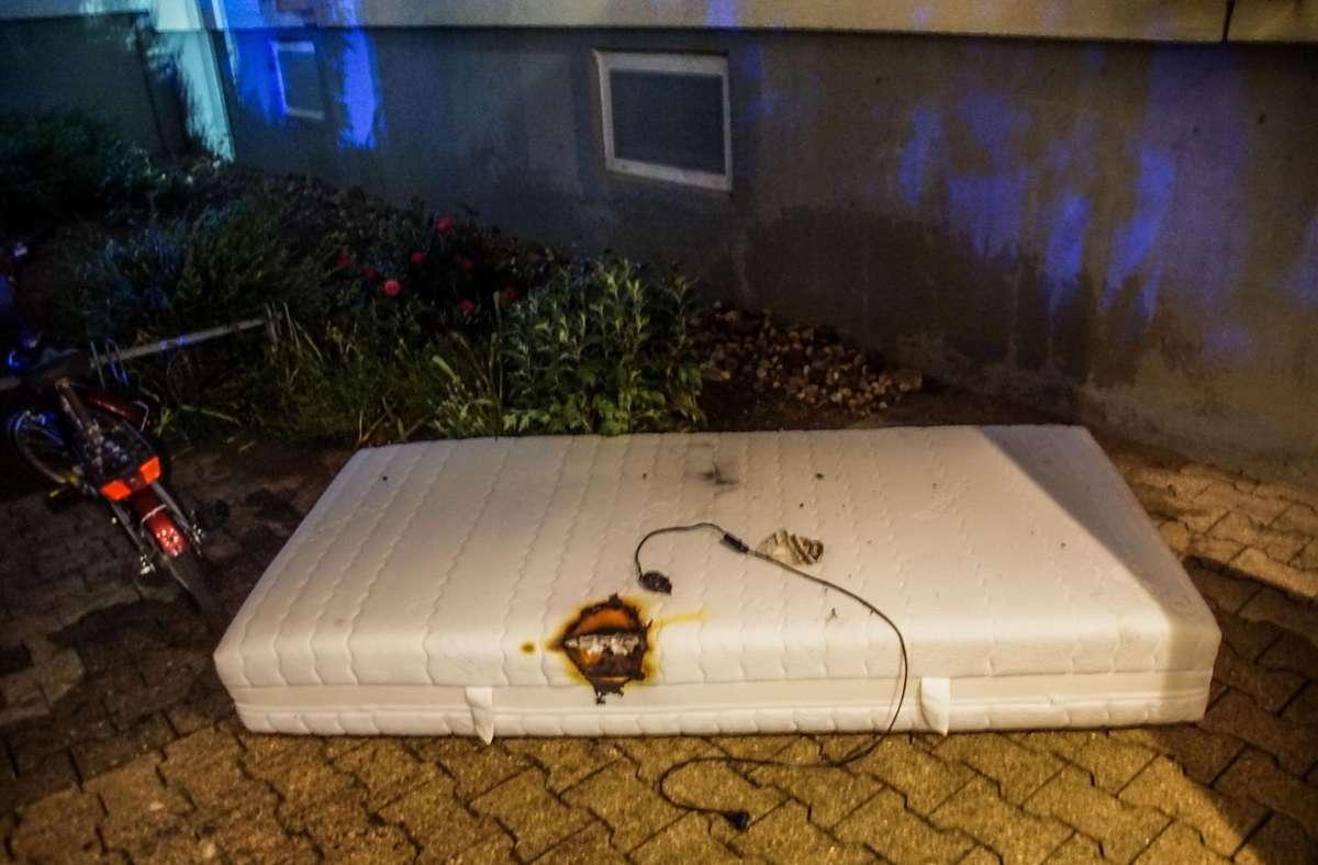Die Feuerwehr brachte die Matratze nach draußen und löschte sie dort. Foto: SDMG/Dettenmeyer