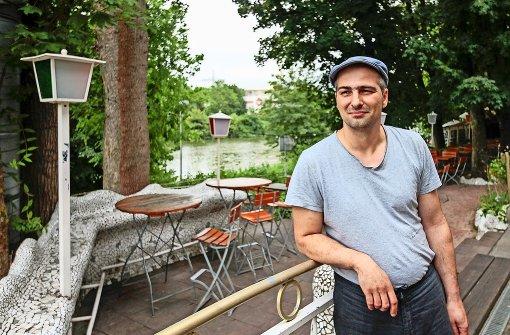 Aristofanis Chatzidis im Biergarten seines Brückenhauses Foto: factum/Granville