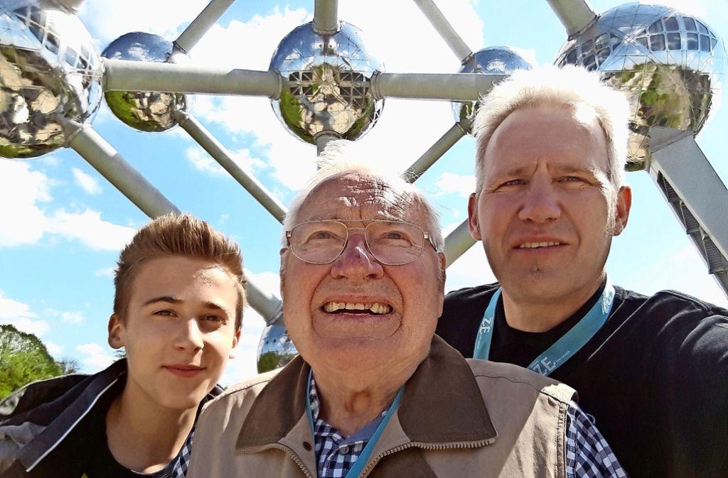 Gruppenbild vor dem Atomium: Stefan Krüger (rechts) mit seinem Vater Manfred und  seinem Neffen Tom  in Brüssel Foto: privat