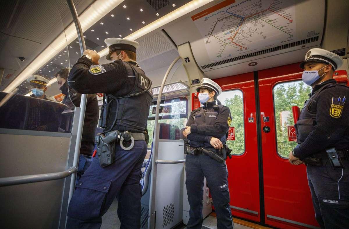 Uniformierte Maskenkontrolleure in der S-Bahn nach Schorndorf Foto: Gottfried Stoppel