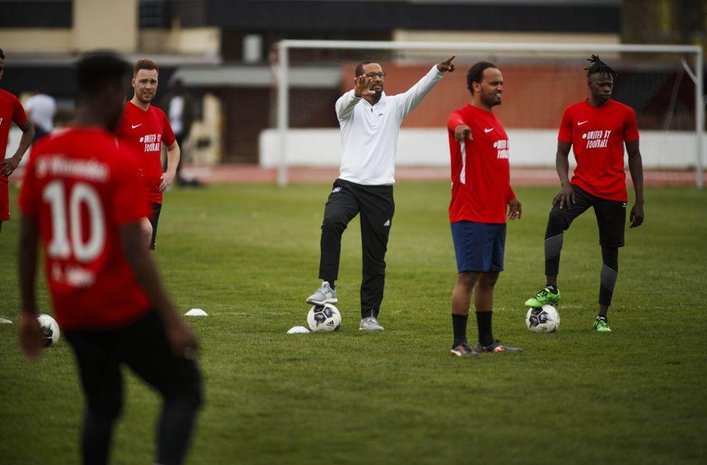Training mit einer Legende: die Spieler vom SV Winnenden Welcome United mit Cacau. Foto: Gottfried Stoppel
