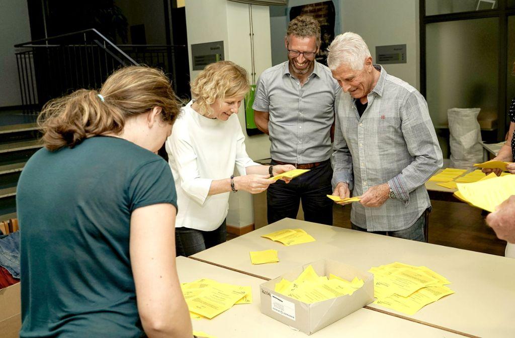 Der Oberbürgermeister (2. von rechts) bei der Stimmauszählung. Foto: