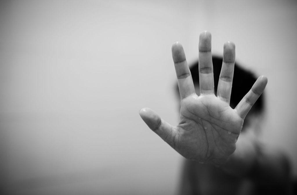 Die Polizei sucht Zeugen zu der sexuellen Belästigung in Bad Cannstatt. (Symbolbild) Foto: Shutterstock/271 EAK MOTO