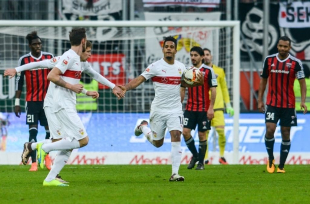 Versöhnlicher VfB-Schlusspunkt eines turbulenten Spiels: Daniel Didavi  trifft vom Elfmeterpunkt zum 3:3-Endstand. Foto: dpa