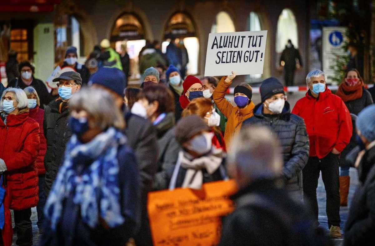 Mit Masken und Plakaten ausgerüstet, trafen sich die Teilnehmer einer Gegendemonstration auf dem Unteren Marktplatz in Schorndorf. Foto: Gottfried Stoppel