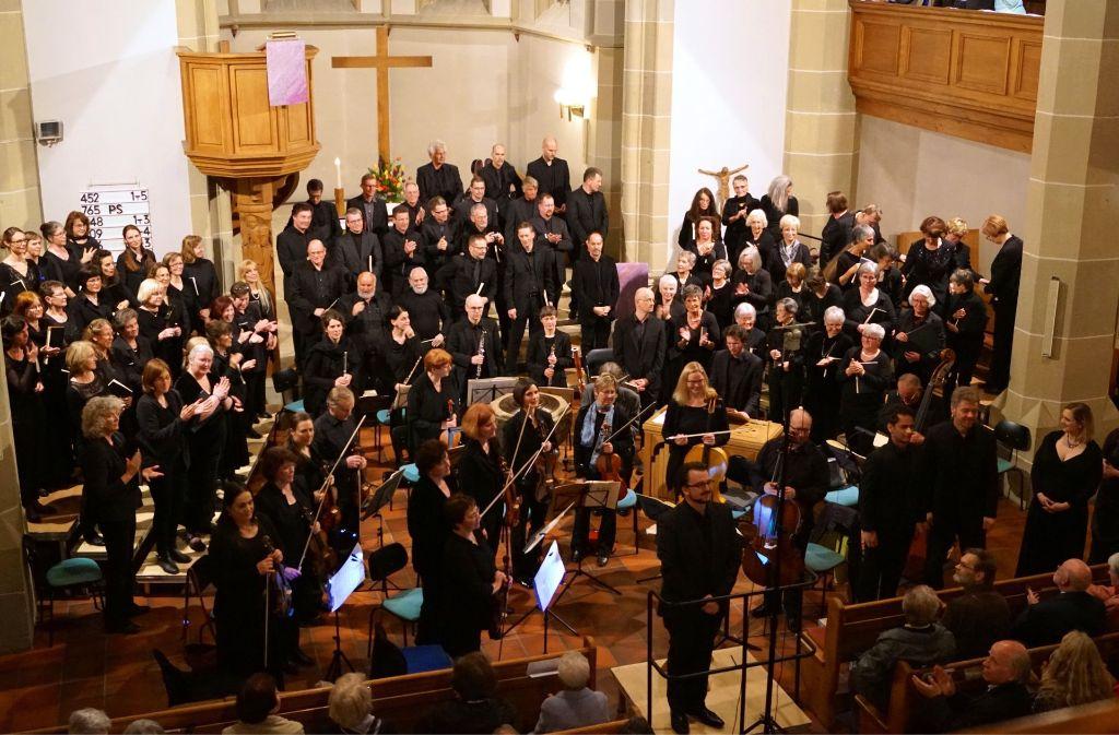 Am Sonntag musizierten unter Leonhard Völlms Leitung die Martinskantorei, die Capella Sancti Martini und vier Vokalsolisten. Foto: Amelie Englert