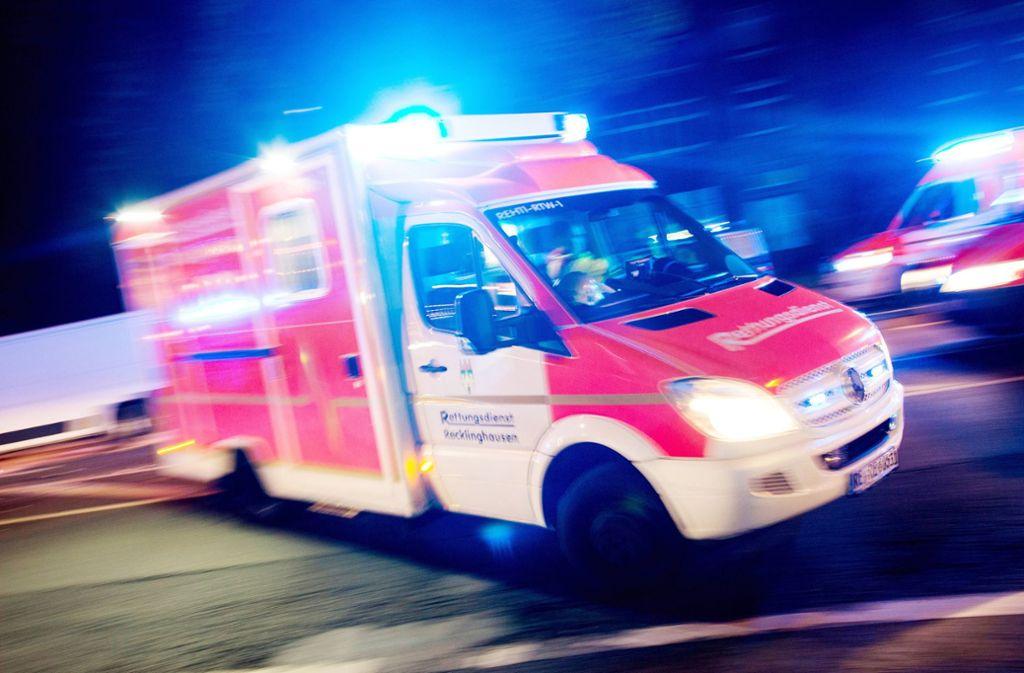 Auch der Außenspiegel des Rettungswagens wurde offenbar getroffen. (Symbolbild) Foto: dpa