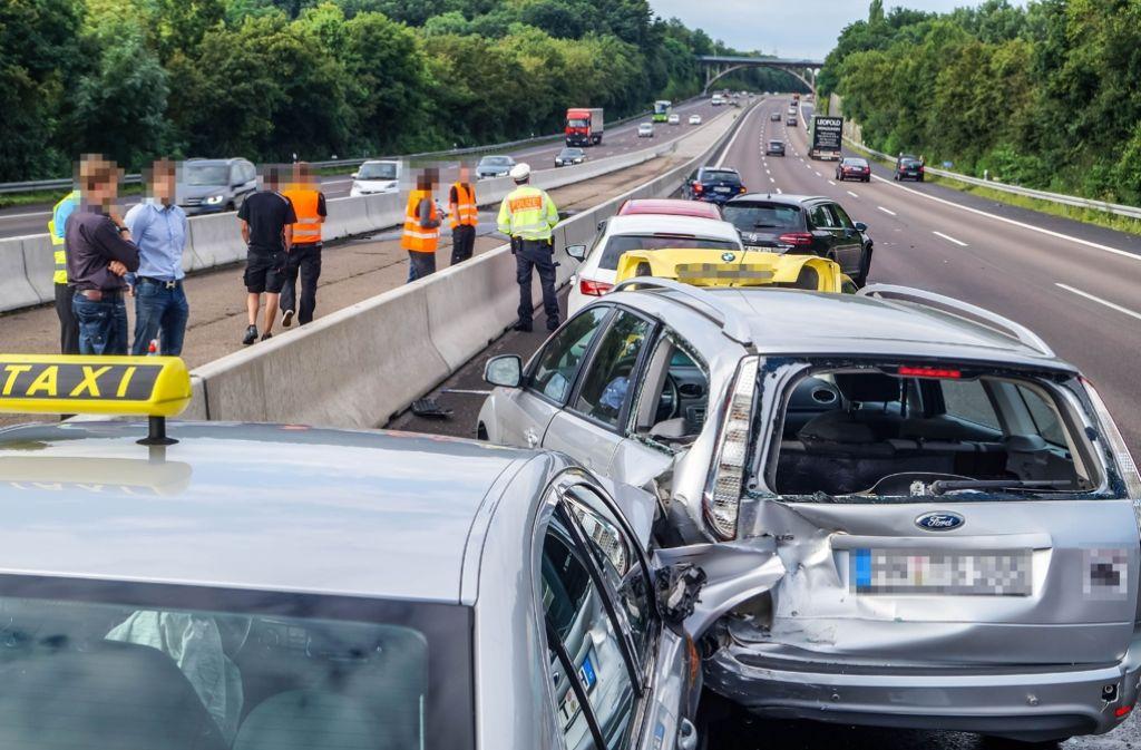 Insgesamt sieben Autos waren am Mittwoch auf der A81 bei Freiberg am Neckar in Auffahrunfälle verwickelt. Foto: SDMG