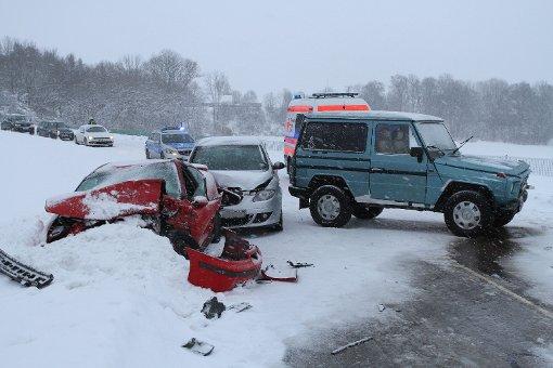 Glätteunfall fordert fünf Verletzte